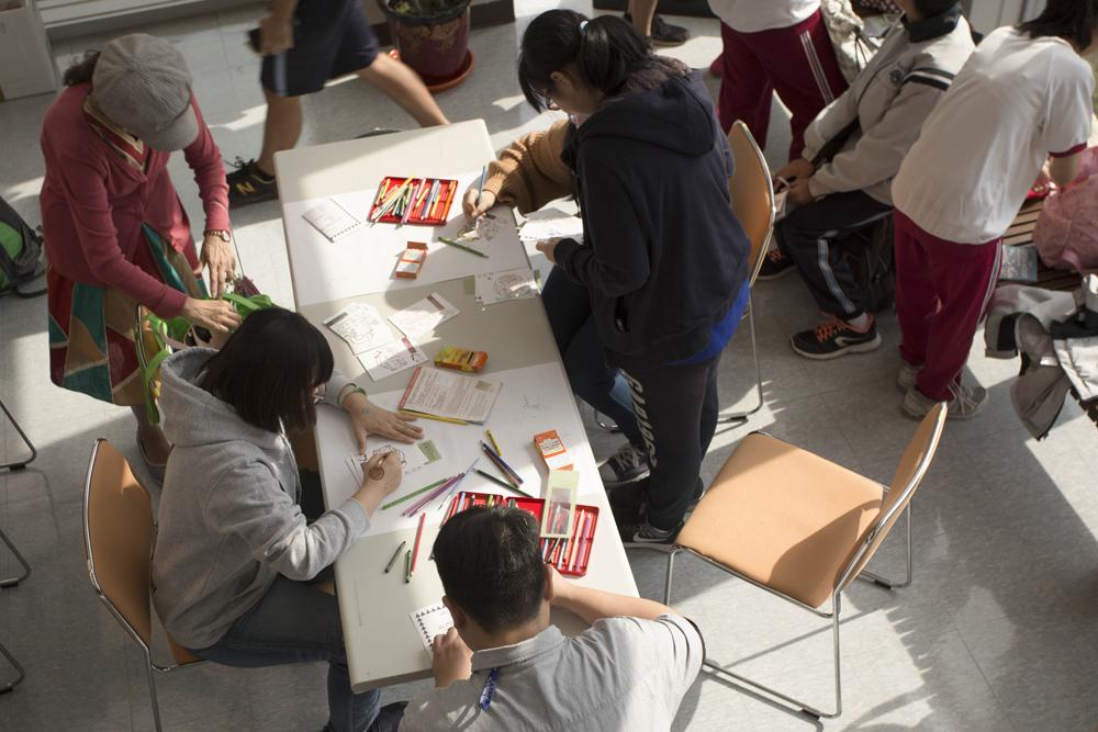 2017 年院區開放活動,透過親手套印紀念章、幫明信片上色,跟隨葉盛吉體驗日本修業旅行。圖│研之有物