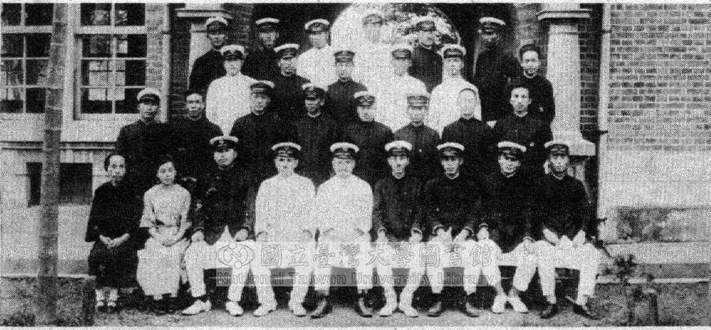 以臺北師範學校附屬公學校為例,於大正 15 年 (1926 年),設有主事 1 名,訓導 31 名,囑託 13 名,雇員 6 名,共 28 個班級。圖│國立臺灣大學圖書館藏