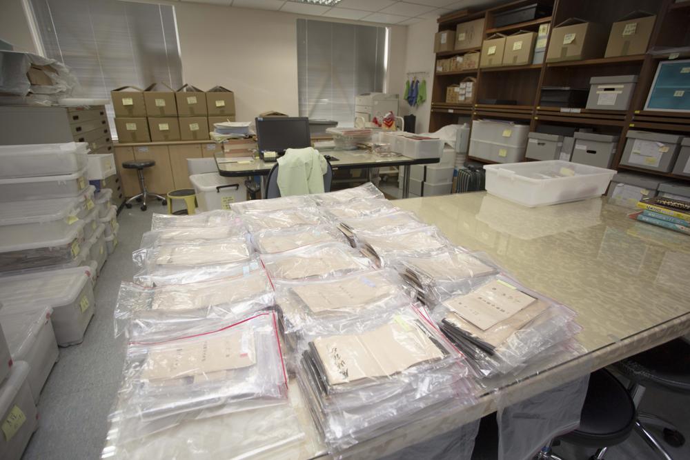 中研院臺史所檔案館檔案整編室一隅,仔細整理得來不易的民間檔案。 攝影│張語辰