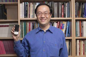 李尚仁現今仍使用 10 年前的 Nokia 手機,儼然是老科技的代言人。圖│研之有物