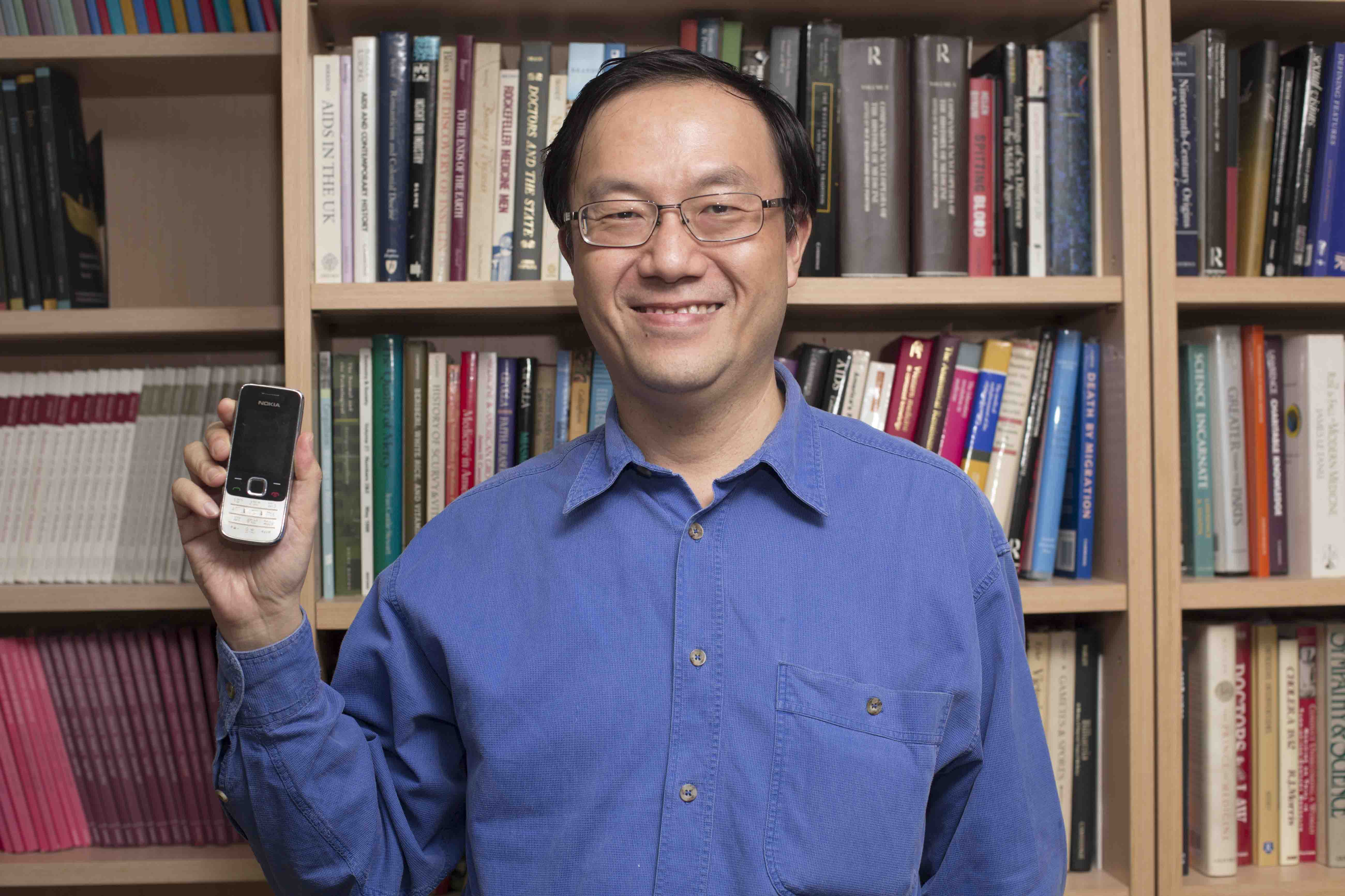 李尚仁現今仍使用 10 年前的 Nokia 手機,儼然是老科技的代言人。 攝影│ 張語辰
