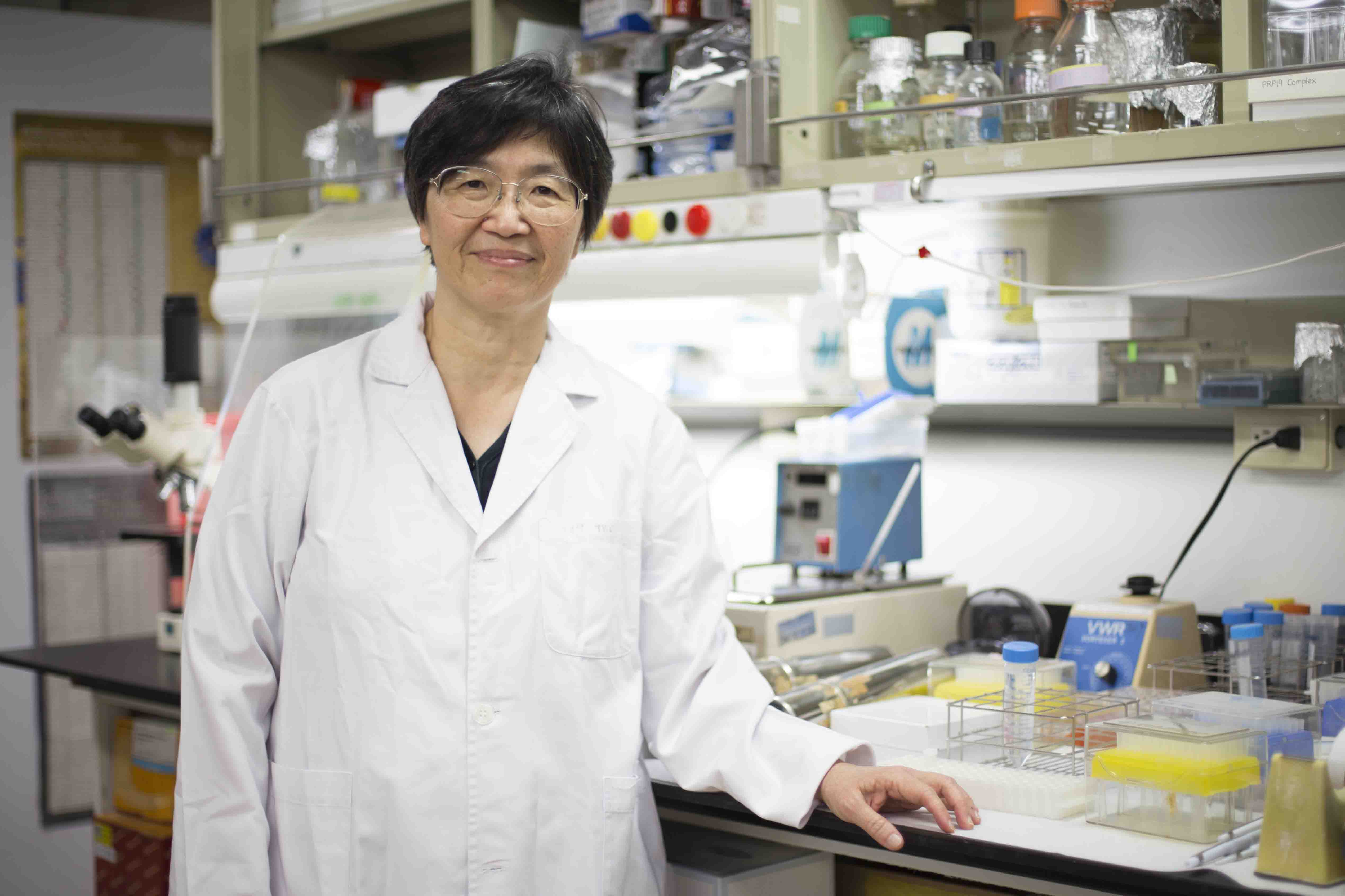 中研院分子生物研究所的鄭淑珍院士,與團隊透過實驗發現生物體內的「 RNA 剪接師團隊」。 攝影│張語辰