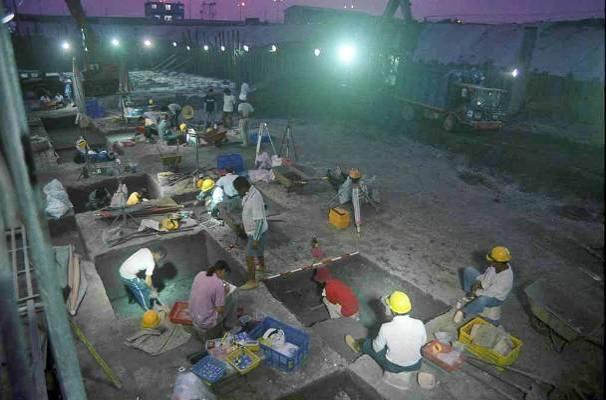 1998 年,南科考古隊於南關里遺址進行夜間發掘。圖│南科考古隊