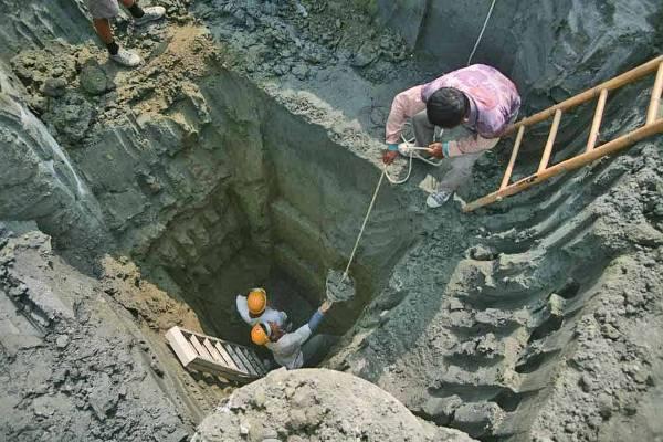 南科遺址有些埋藏較深,發掘時也有危險性。圖│南科考古隊