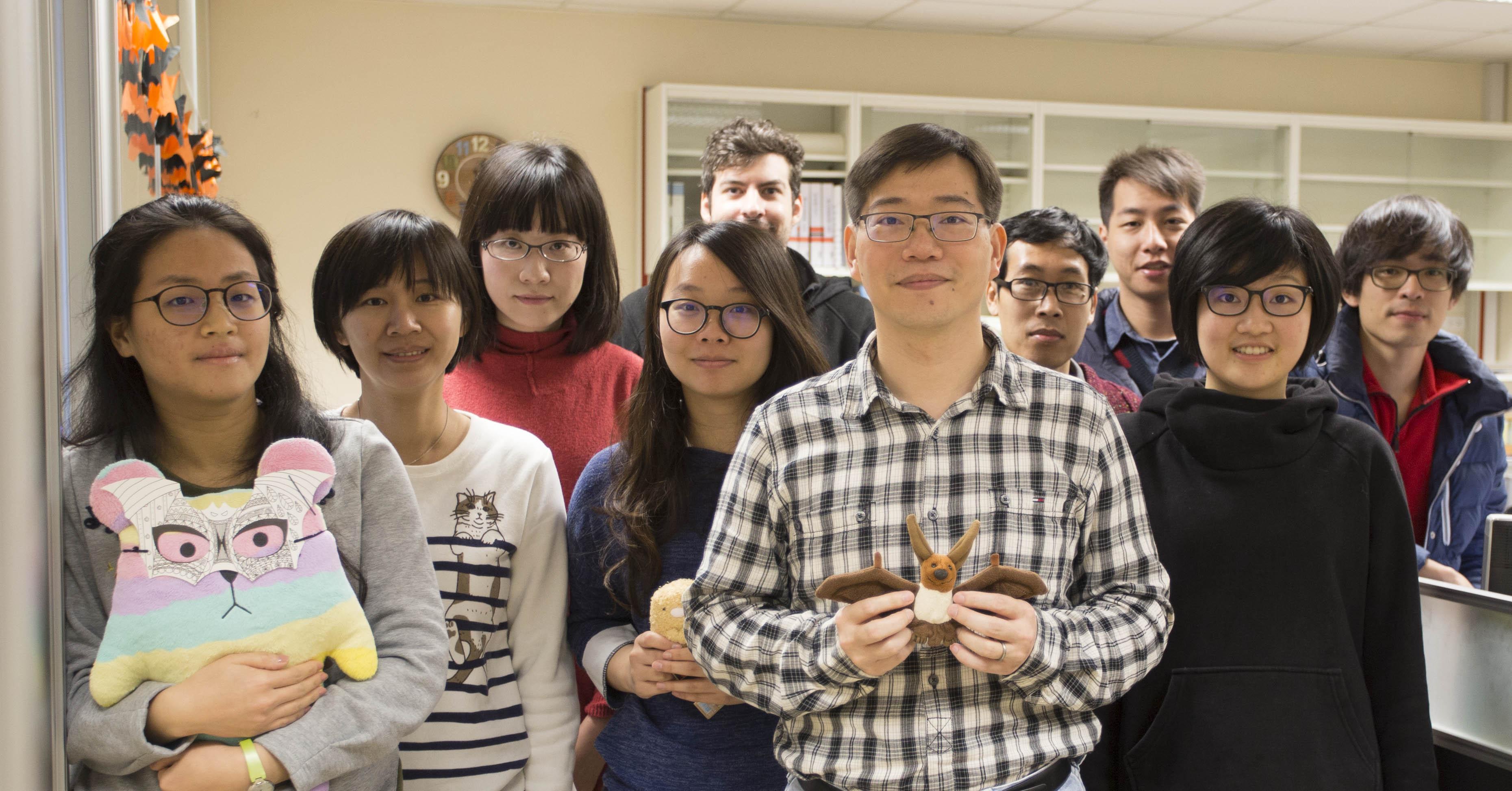 拿著蝙蝠的端木茂甯,與研究團隊。 攝影│張語辰