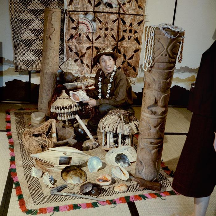 岩佐嘉親與文物合照。圖片來源:國立臺灣史前文化博物館