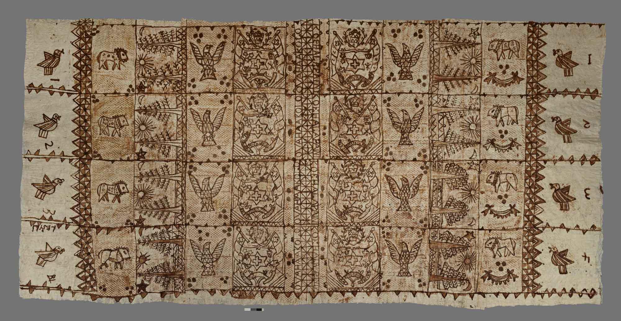 1970 年代出產的東加王國樹皮衣,由構樹樹皮製成,花紋內容包含東加社會重視的動物、植物以及國徽。 圖片來源│The British Museum (CC BY-NC-SA 4.0)