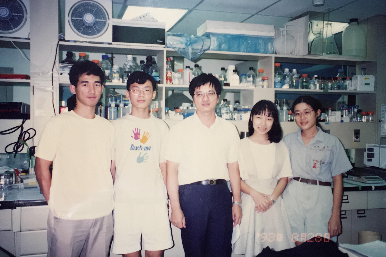 和嚴愛鑫 (右二) 當時一起參加實驗計畫的夥伴,至今仍是好朋友。中間是李德章老師。圖│嚴愛鑫