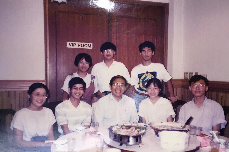 中間是親切的王正中院士,攝於中研院的活動中心餐廳。 圖片來源│嚴愛鑫提供