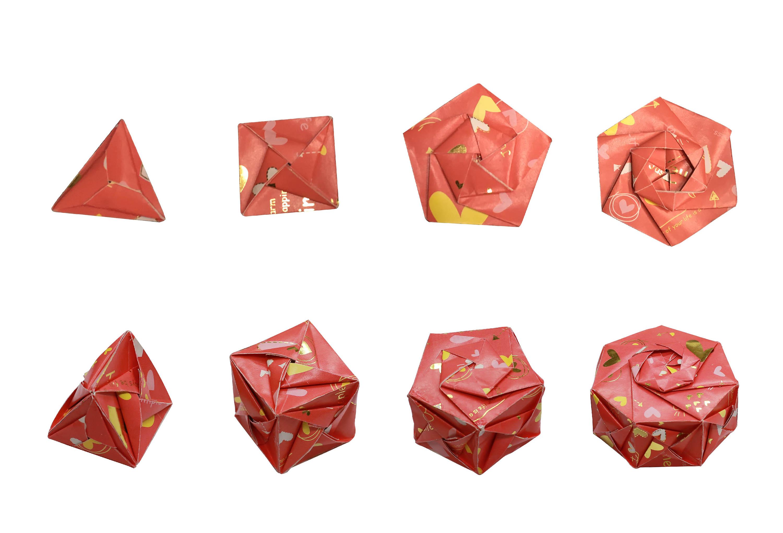 不同形狀的紙片,經過組合、黏接,可以創造出許多平面或立體的結構。依此原則,可以摺出許多生物分子結構。圖│研之有物(摺紙示範│洪上程)
