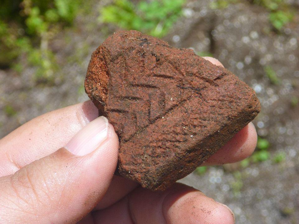 在索羅門群島的地表就可以撿拾到 Lapita 陶片,陶器上可看到一部分紋飾。 資料來源│邱斯嘉,取自〈Go with the flow (中) 〉,《芭樂人類學》專欄文章