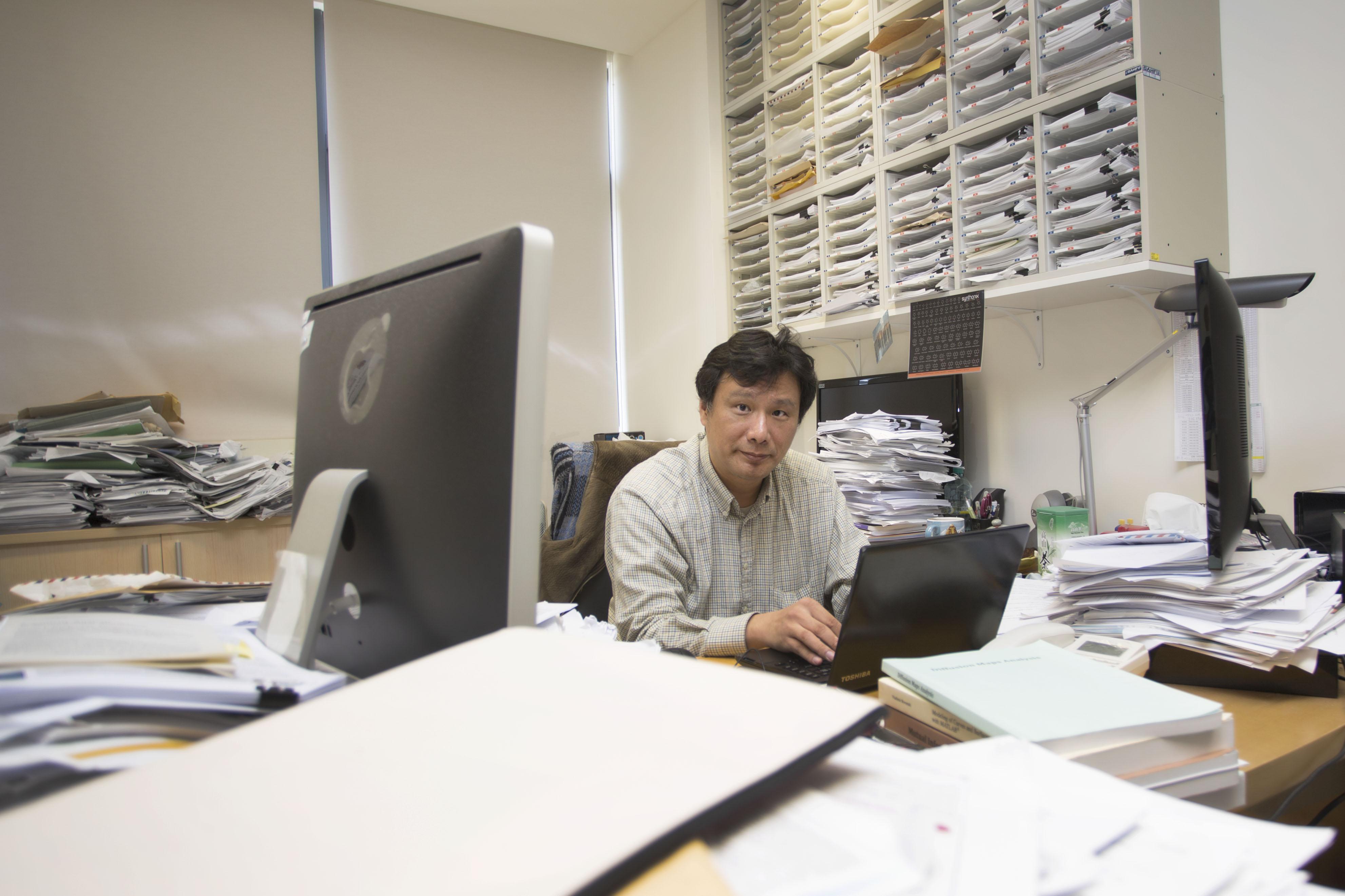本文專訪林榮信,從物理出身,跨足計算機科學與分子動力學,現將專業運用於藥物設計。圖│研之有物