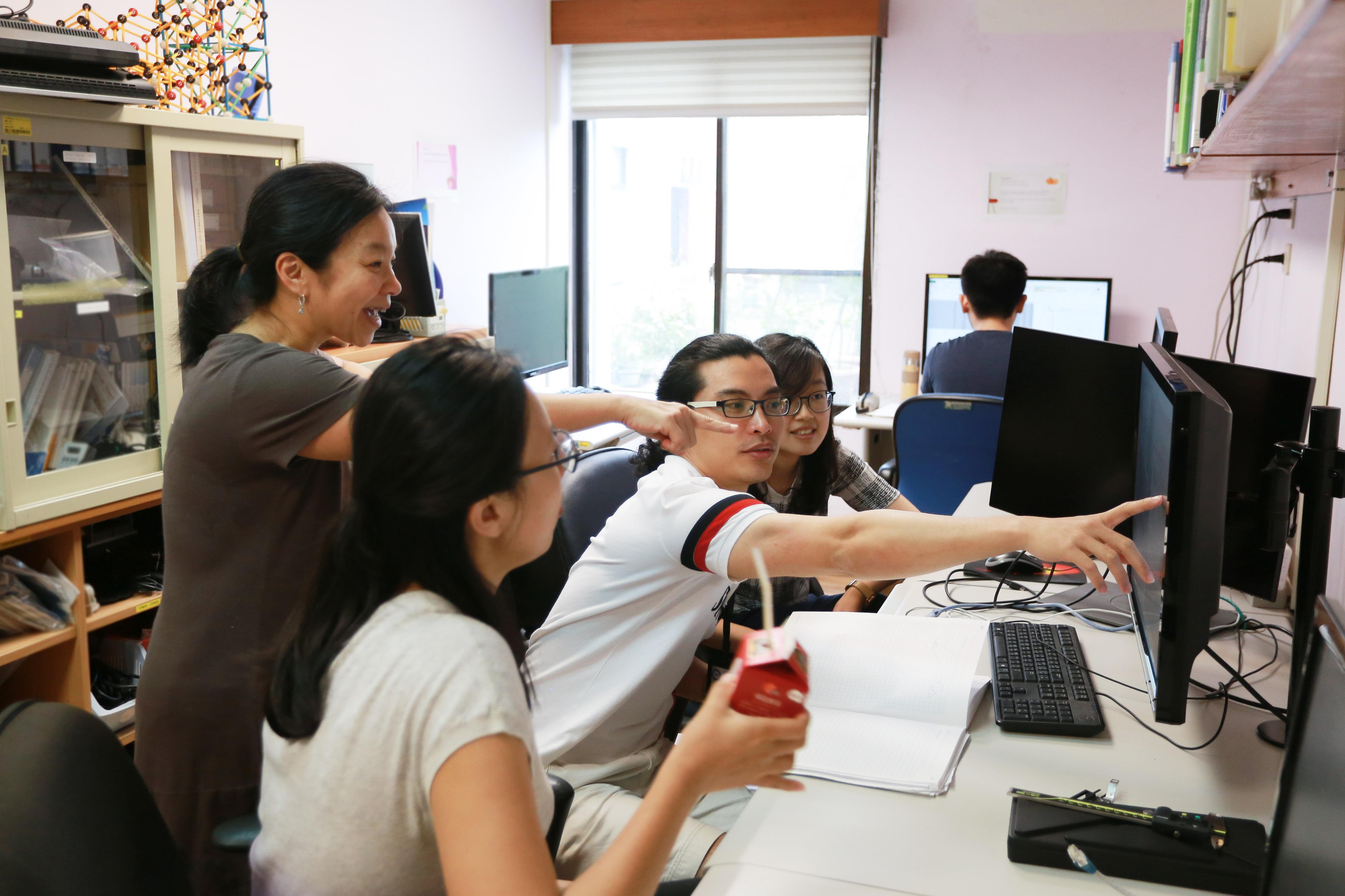 林耿慧笑說:帶領跨領域的實驗室比較累,有時學生來實驗室前沒有足夠的背景「常識」,更不用說非常少學生來實驗室前,就有足夠的背景「知識」。 攝影│張語辰