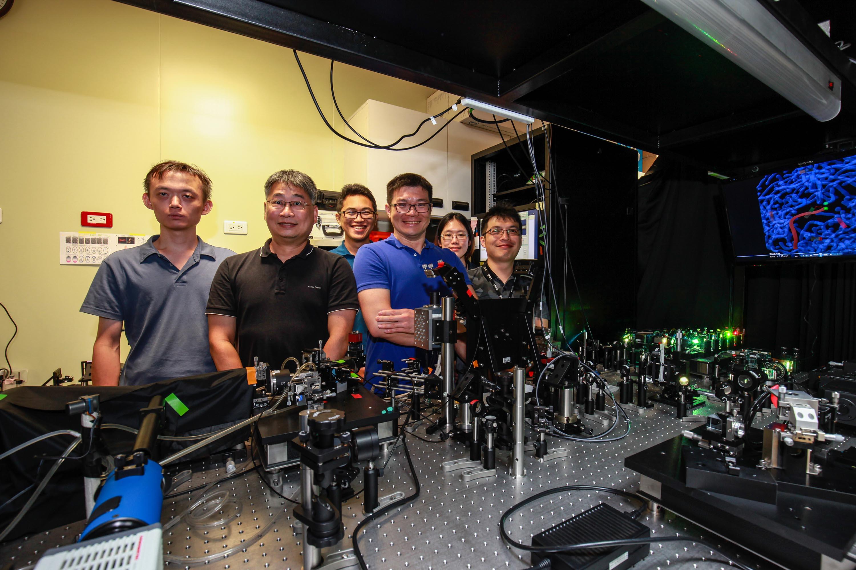 陳壁彰團隊成員,與晶格層光顯微鏡。 圖│廖英凱