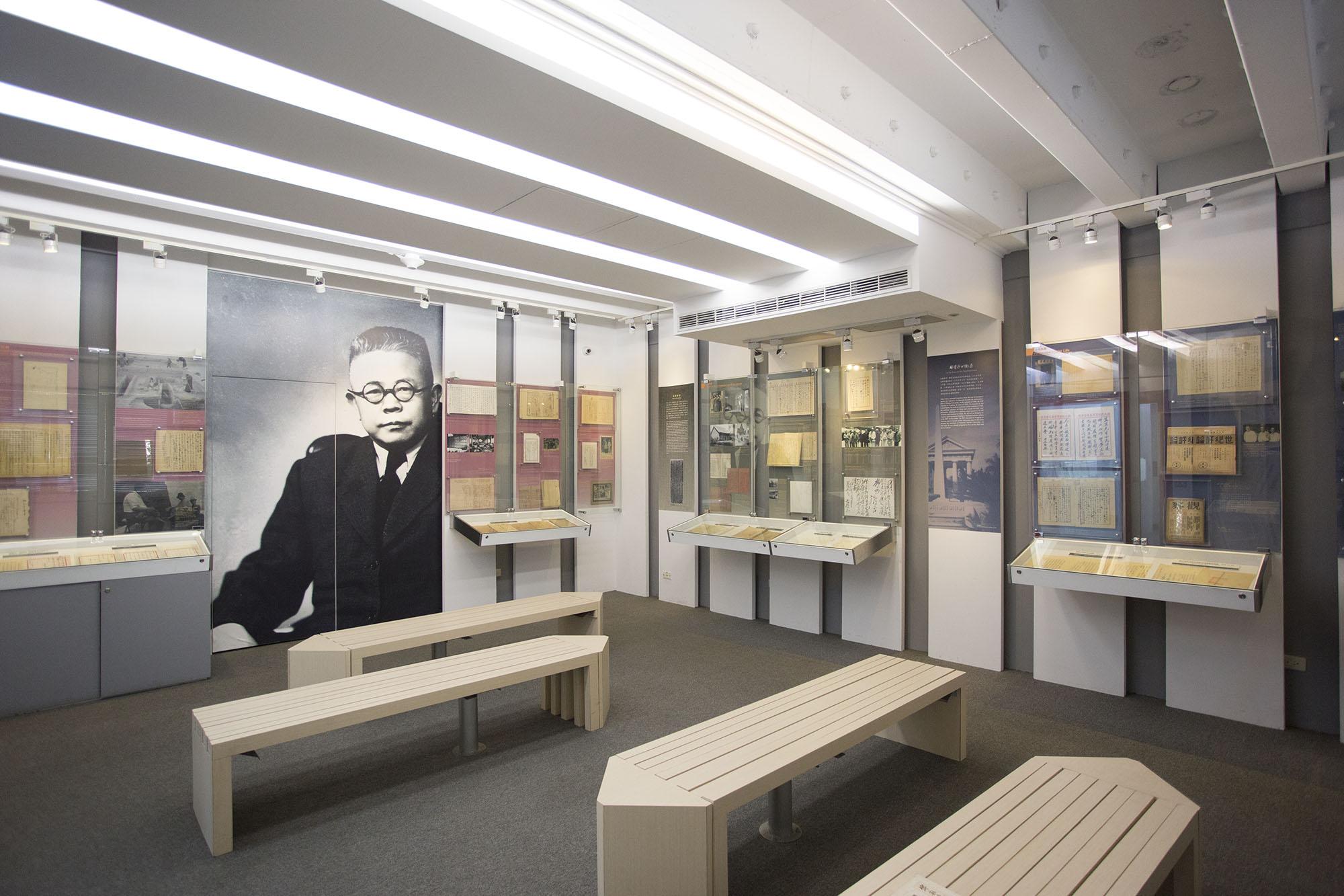 2018 年 10 月,中研院史語所將迎接創所 90 周年。傅斯年紀念室,正展出傅斯年一生的相片、手稿,包含:和好友徐志摩、胡適往來的書信,與蔣介石、毛澤東的合照等等。 攝影│張語辰