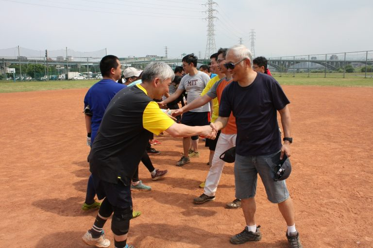 中研院趣味壘球賽的友誼之握。 圖片來源│中央研究院