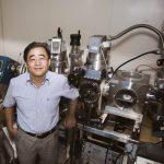 本文專訪張煥正,一探「螢光奈米鑽石」的原理,與堅持十多年的研究動力。後方是實驗室自製的小型離子加速器,可以用來製備螢光奈米鑽石。 攝影│張語辰