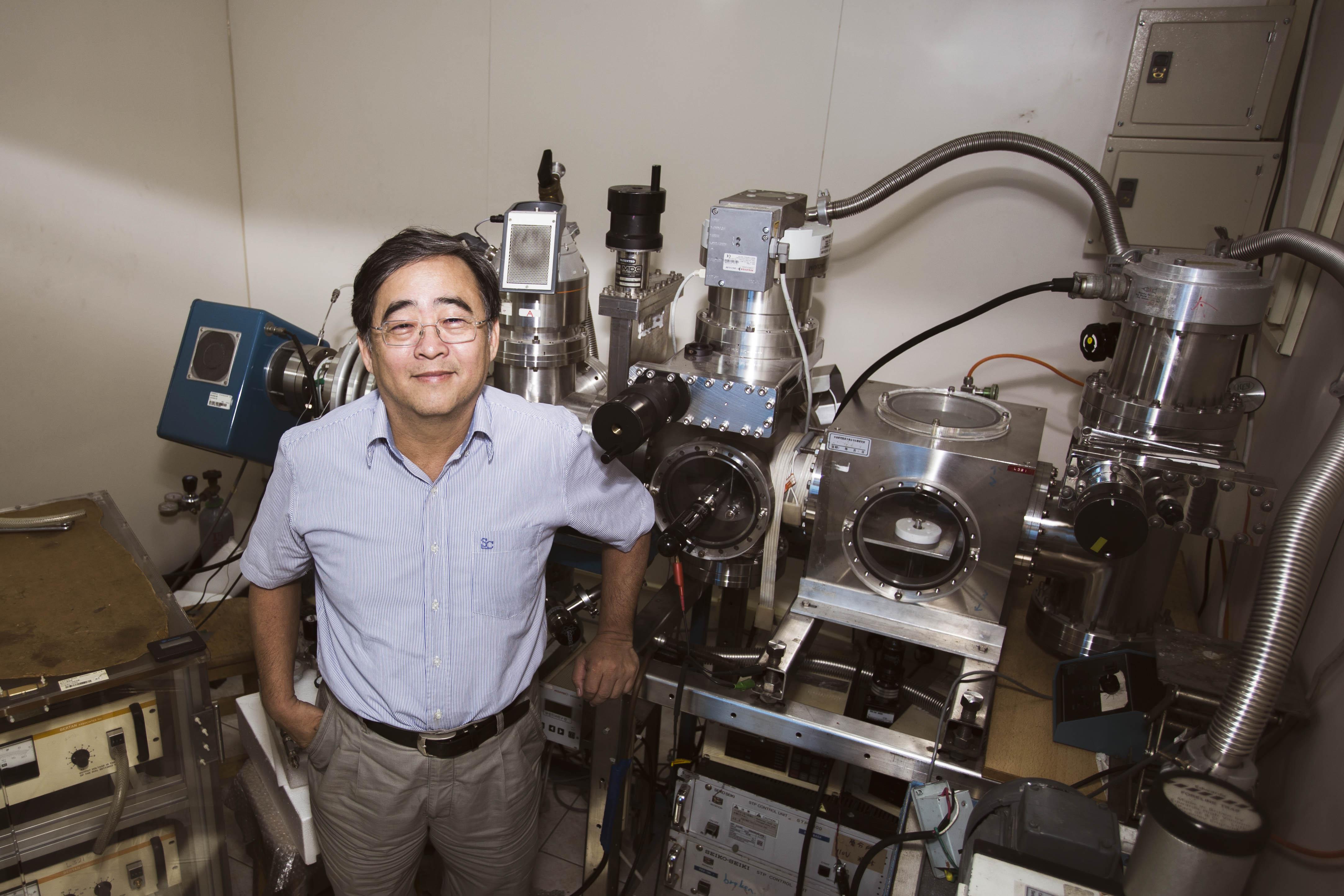 本文專訪張煥正,一探「螢光奈米鑽石」的原理,與堅持十多年的研究動力。後方是實驗室自製的小型離子加速器,可以用來製備螢光奈米鑽石。 圖│研之有物