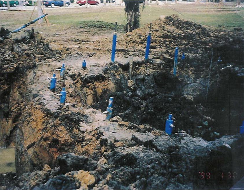 用液態氮將土壤整塊結凍後,就能順利開挖出坑道,環形為冷凍後開挖出之冰牆。 圖片來源│陳洋元提供