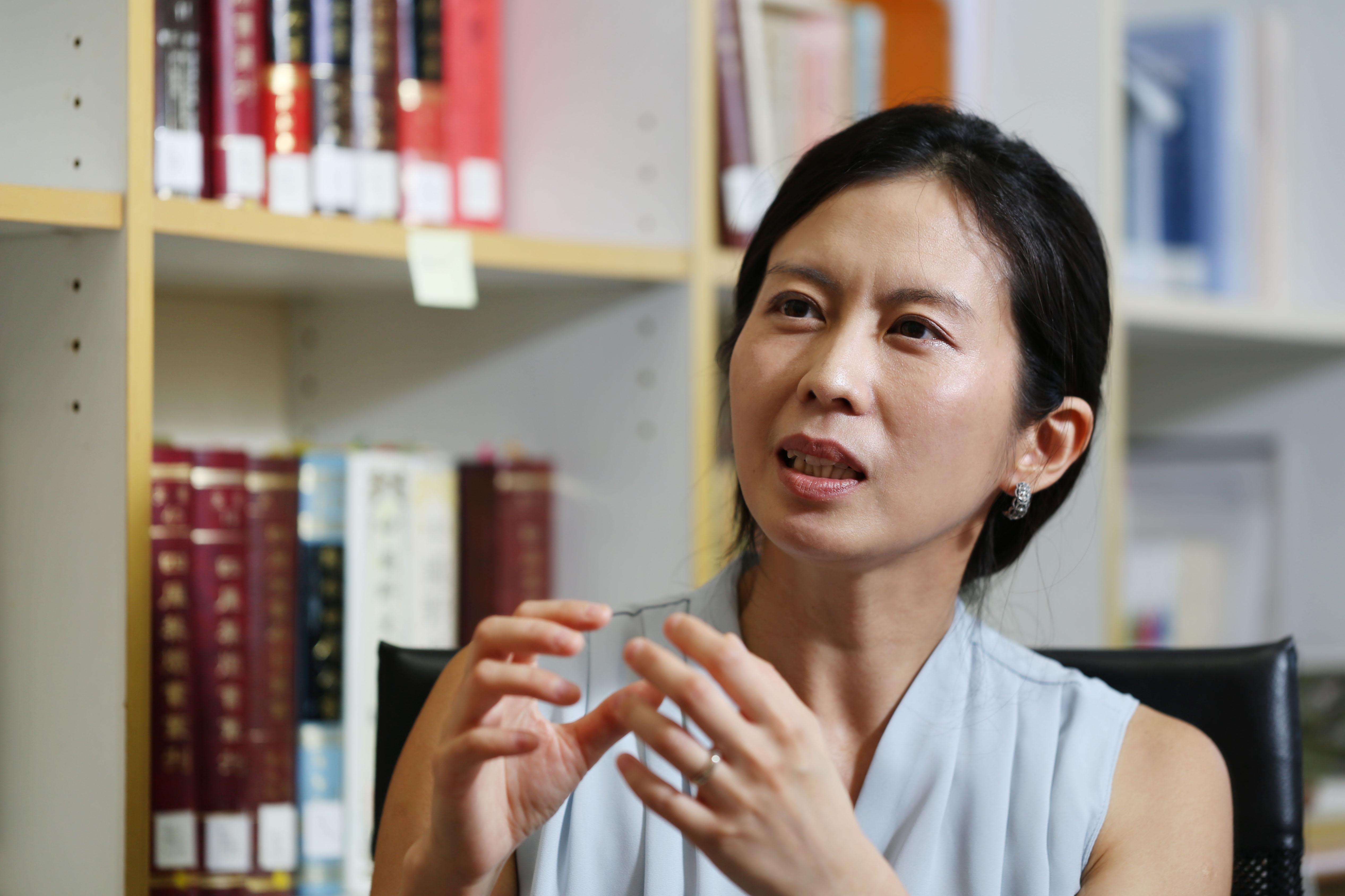 劉瓊云表示:「在解讀文學作品時,因為我的初衷是想了解跟我不同的人和時代,我會盡可能地回到作者當時的文化和氛圍,去理解一部作品。」 攝影│張語辰