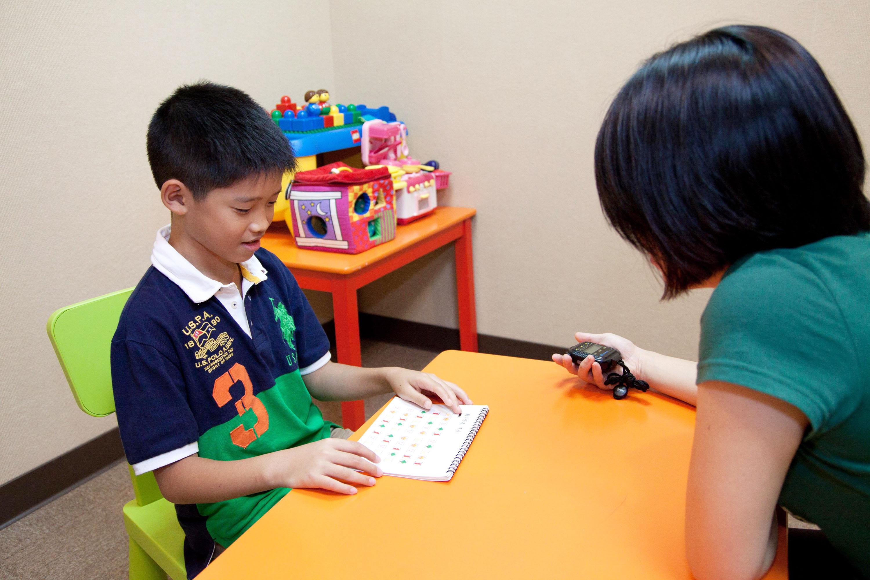 實驗人員以一對一的形式,評估幼兒的認知和語文智力發展。圖│大腦與語言實驗室