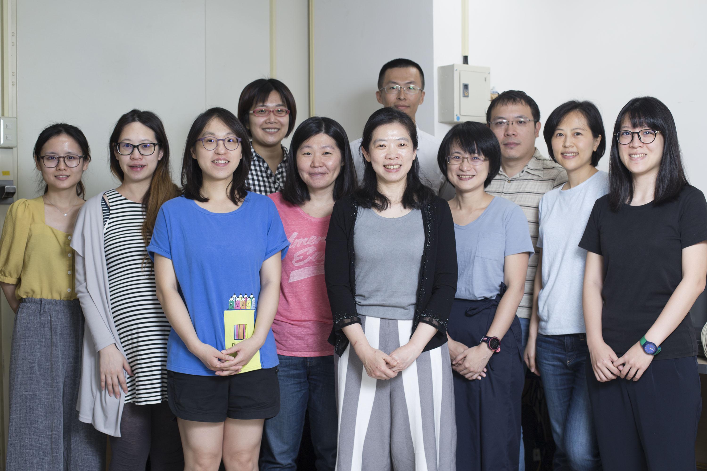 李佳穎研究員,與「大腦與語言實驗室」團隊成員。圖│研之有物