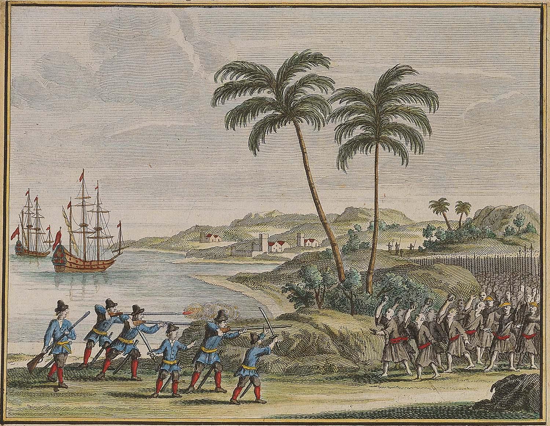 1622 年荷蘭東印度公司 6 名船員,在古雷半島南岸附近遇風漂流上岸,和當地居民起衝突。此處背景為銅山灣,左方一艘為維多利亞號,另一艘為 De Haan 或 Sint Nikolaas 號,皆為荷蘭中型船。圖│François Valentijn, Oud en Nieuw Oost- Indiën (Dordrecht: Joannes van Braam), 1726, Vol. 4, Part II, Book 3, p. 45. ,取自國立臺灣歷史博物館藏(登錄號2003.015.0127)