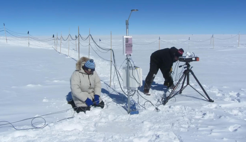 在格陵蘭峰頂基地,觀測大氣透明度。資料來源│「穹頂天眼—從格陵蘭看黑洞」紀錄片