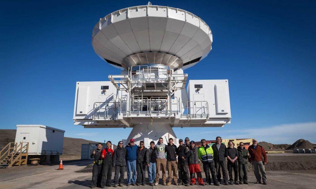 2017 年 7 月 24 日,格陵蘭望遠鏡組裝完成,研究與工程團隊合影。資料來源│格陵蘭望遠鏡網站