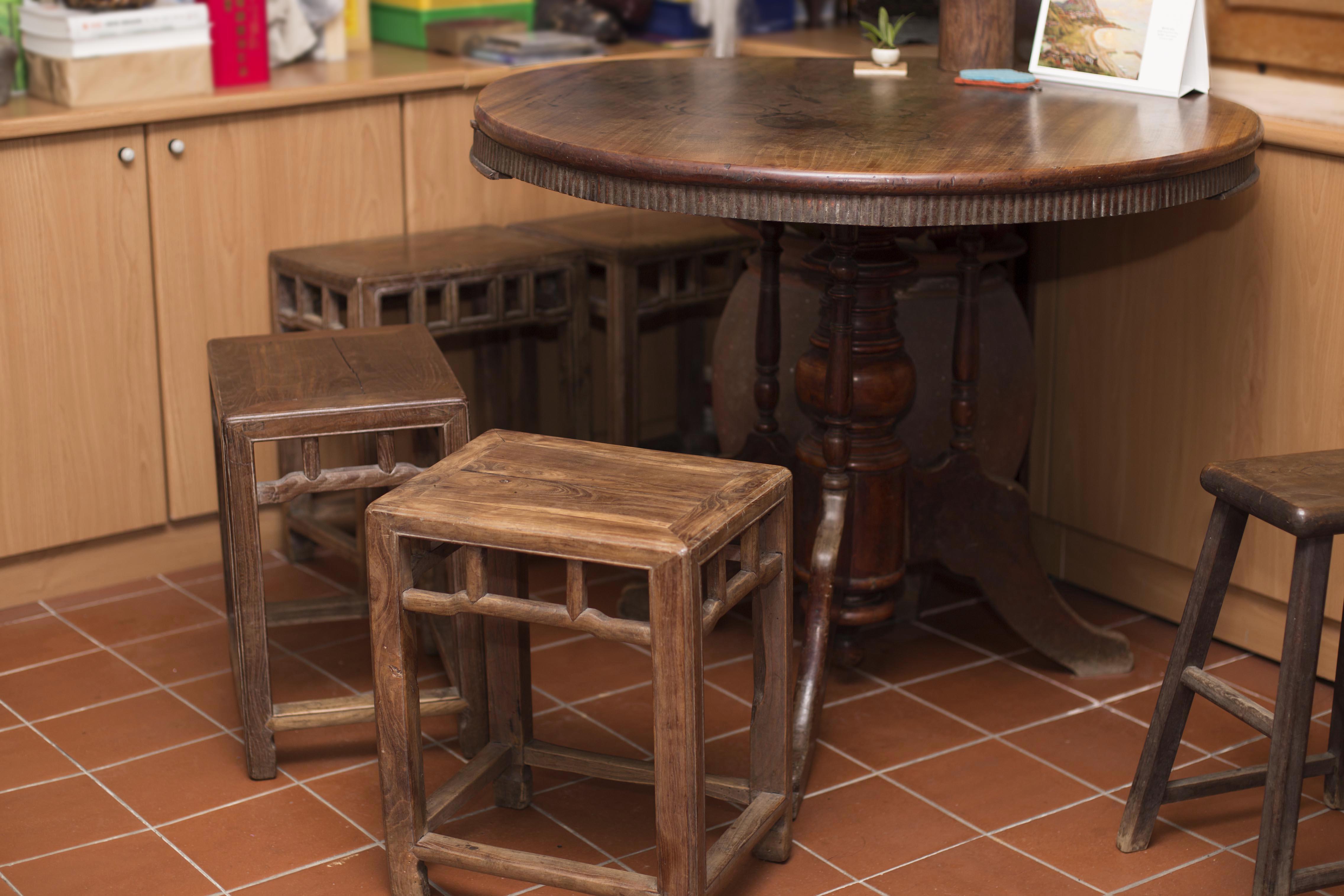 舊家具啟發了余舜德的研究興趣,直到現在他的研究室中,仍然擺著好幾張很有歲月痕跡與韻味的舊桌椅。圖│研之有物