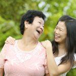 離家後的成年子女,誰最常探視父母?中研院家庭動態調查顯示:單身女兒最常回家。示意圖來源│iStock
