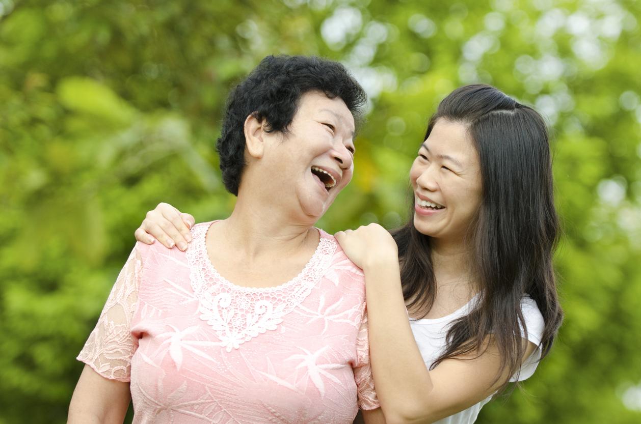 離家後的成年子女,誰最常探視父母?中研院家庭動態調查顯示:單身女兒最常回家。圖│iStock