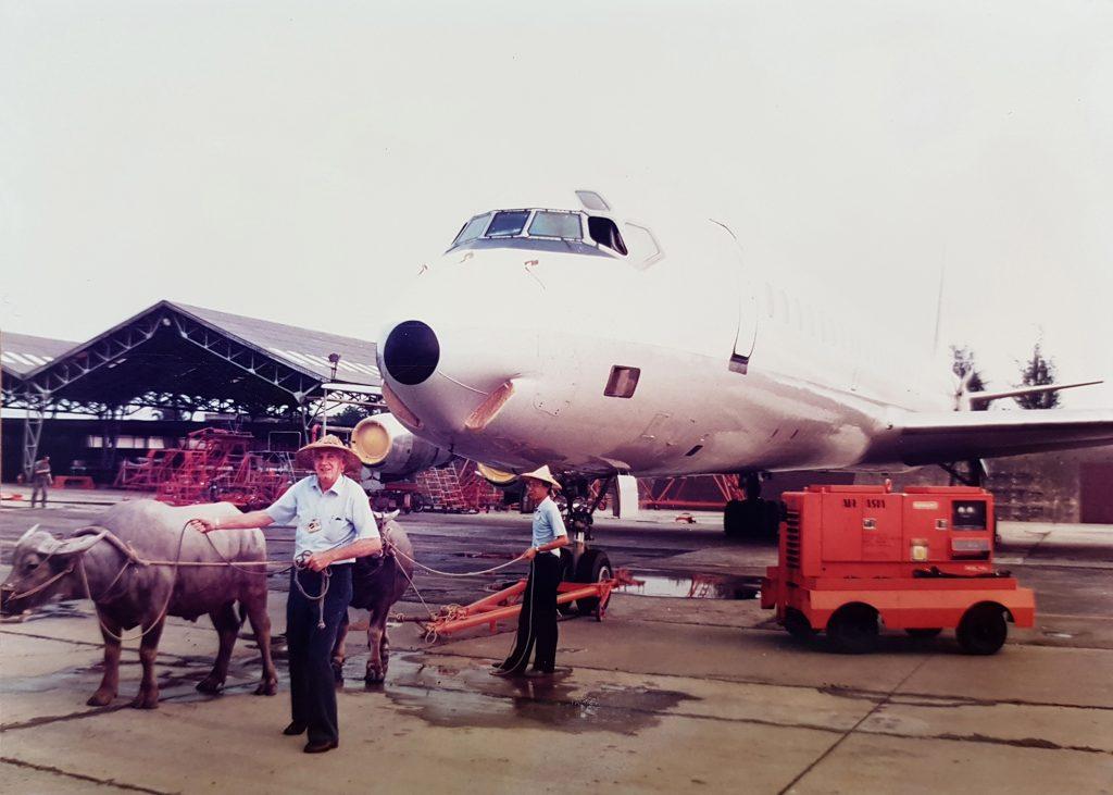 1977 年中美斷交,臺南飛行場的亞洲航空公司,祭出「牛車拉飛機」苦肉計,向母公司索取資金紓困。圖片來源│亞洲航空(股)公司編(2016)《亞洲航空公司 70 週年特刊》