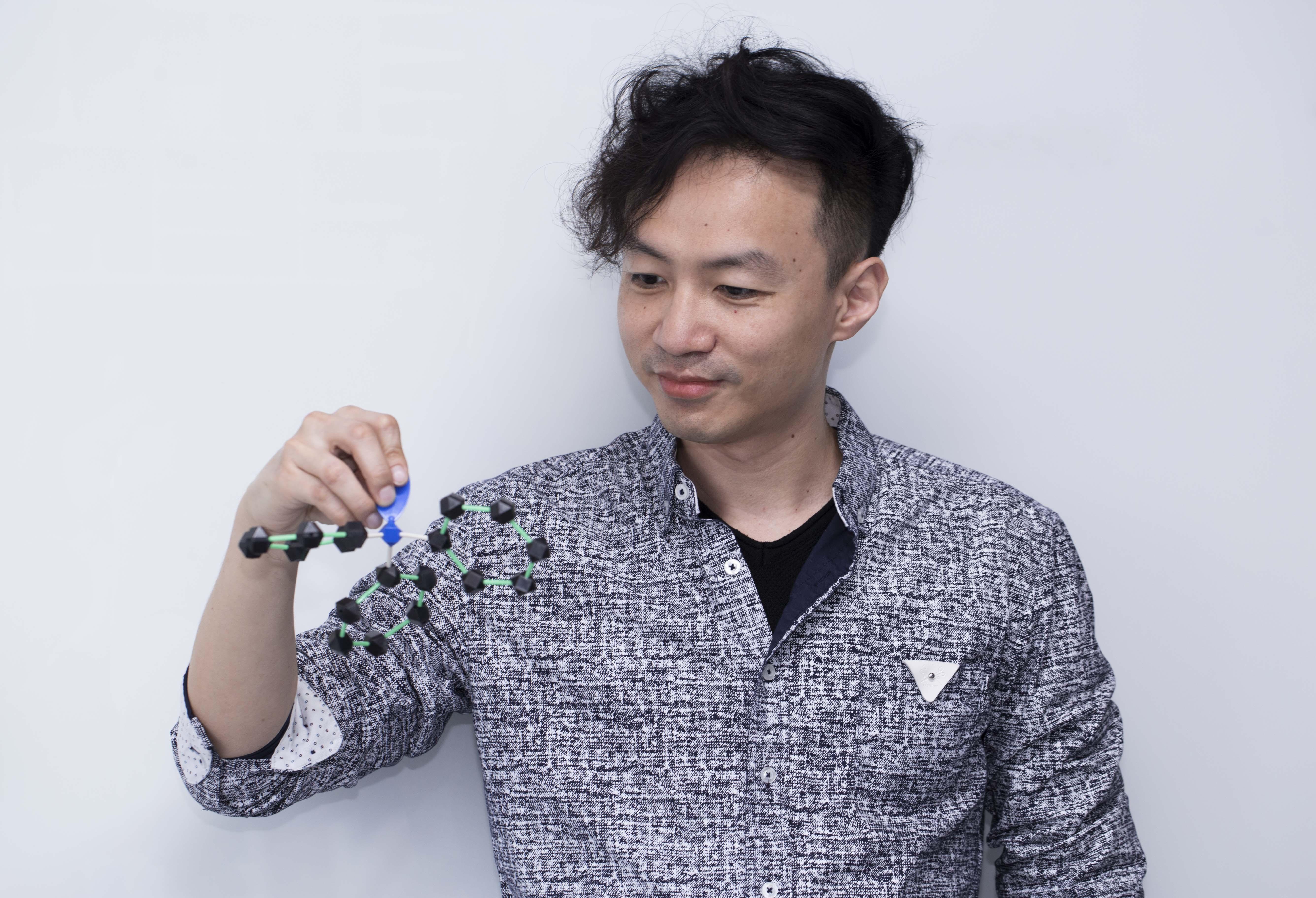 本文專訪中研院化學所的顏宏儒助研究員,透過分子模型玩具,介紹含有「三苯胺」這種分子結構的高分子材料,以及通電變色的應用。攝影│林洵安