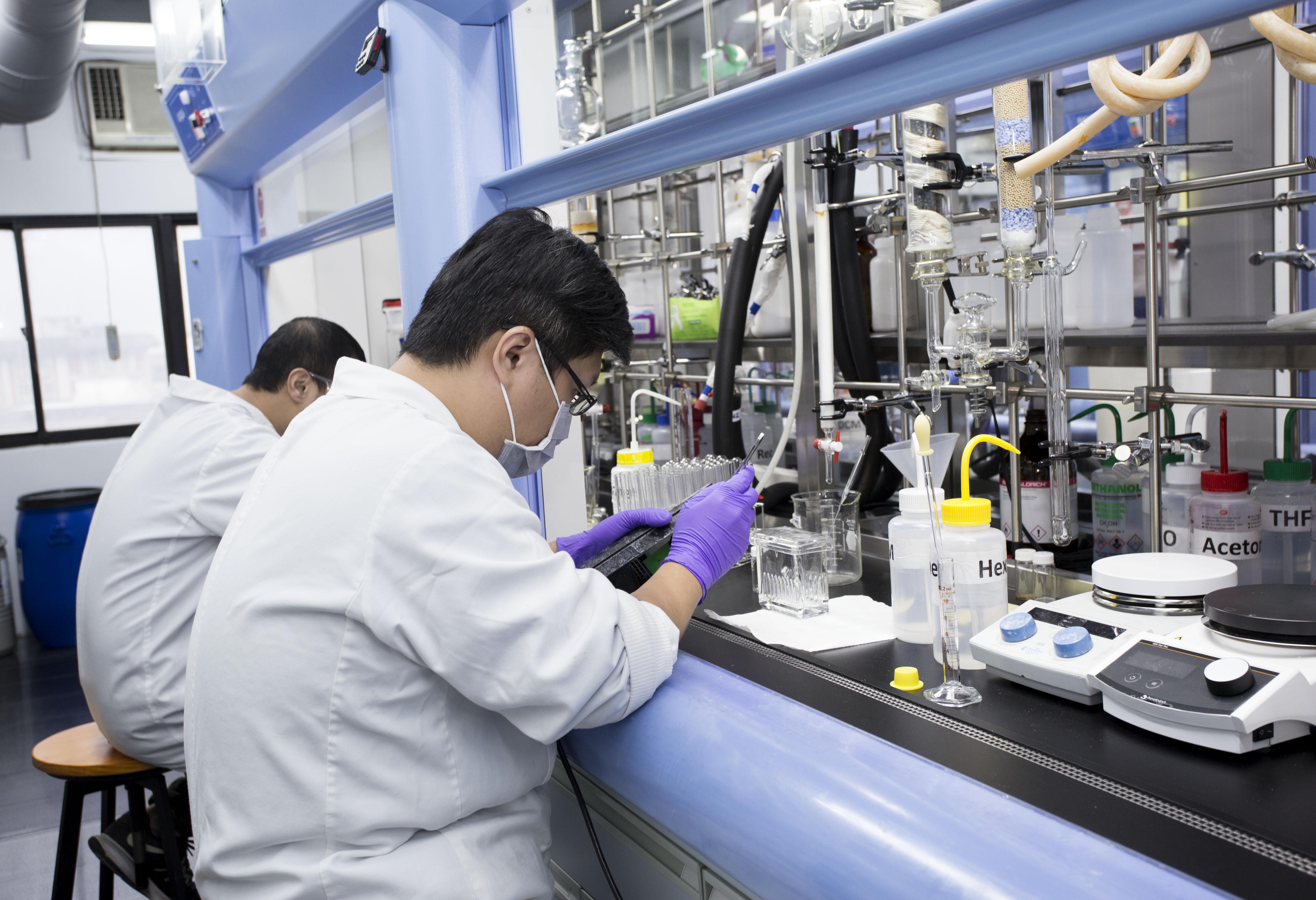正在進行有機合成的實驗室成員。攝影│林洵安