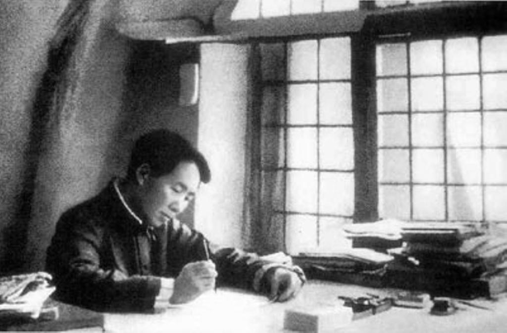 毛澤東在延安寫作,攝於 1938 年。圖│維基百科