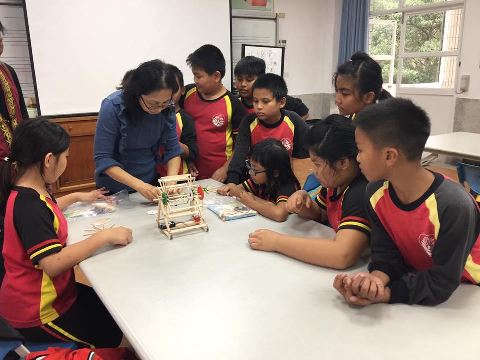 部落小學的孩子們,學習如何製作小型風機,透過實作課程認識部落的再生能源。圖│主婦聯盟