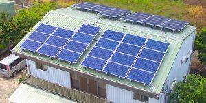 陽光伏特家第一個集資案:臺南擔仔一號。這棟民宅約 45 坪,樓下是牛肉麵攤,屋頂可鋪蓋 44 片太陽能板,如果由屋主獨力負擔,總金額約 80 萬。透過集資案,認購每片太陽能板只要 15600 元,小資族也能參與。圖│陽光伏特家