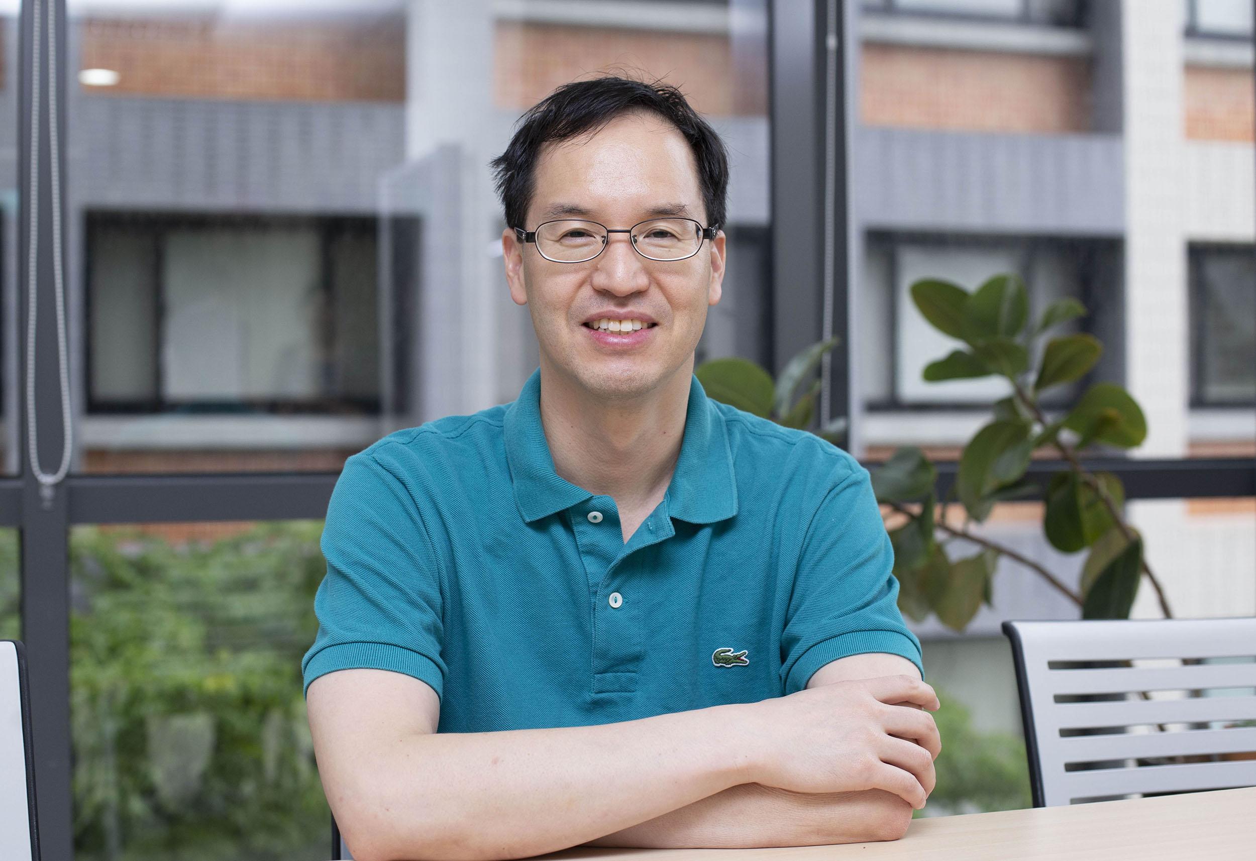 中研院王忠信副研究員,是一位演化基因學家,但希望自己在實驗室的基礎研究,能夠解決現實生活的紅火蟻防治難題。圖│研之有物