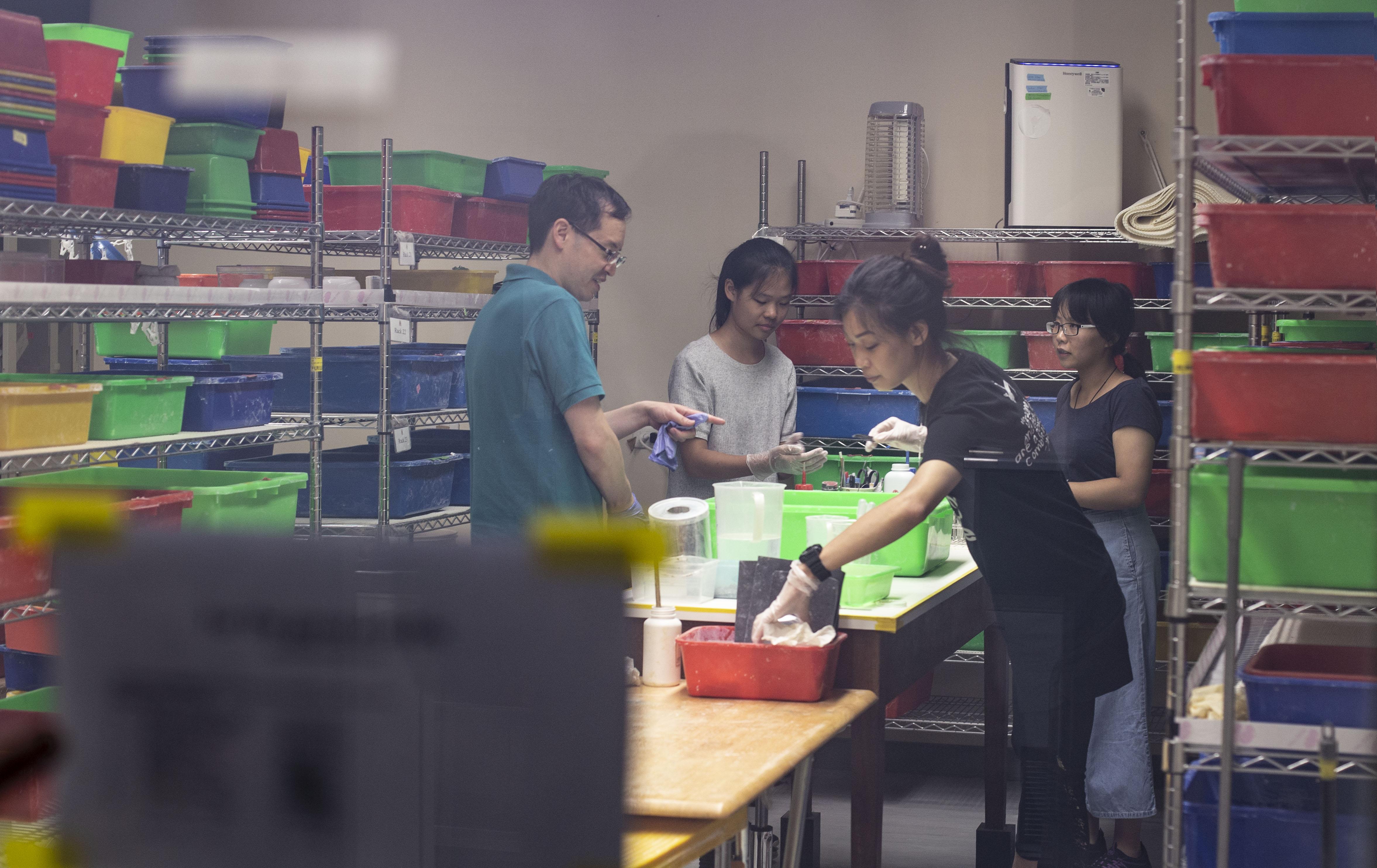中研院的神秘螞蟻房。2010 年,演化遺傳學家王忠信從國外回到台灣中研院,研究入侵紅火蟻的超級基因。為了近距離觀察紅火蟻,他向中研院申請設立這間院區內最特別的螞蟻房。攝影│林洵安
