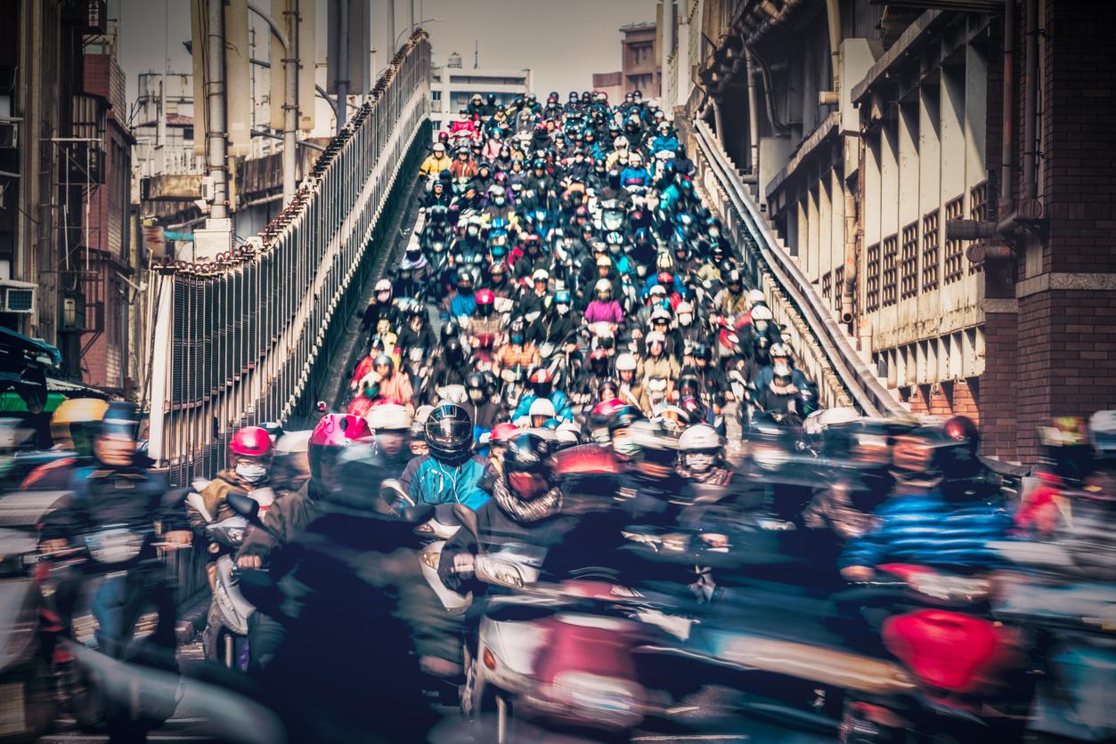 全台機車總量高達一千五百萬輛。每到上下班時間,台北橋的機車宛如瀑布般傾瀉而下。圖片來源│iStock