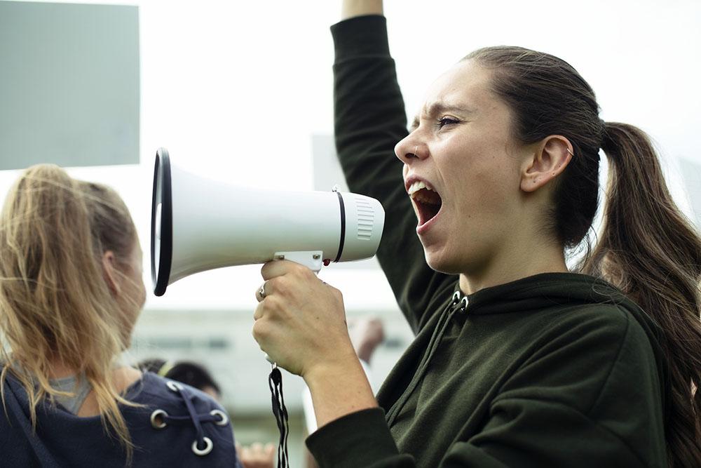 多元價值衝突是當代社會的問題,鄧育仁多年研究公民哲學,在著作《公民儒學》中試圖提供調節多元紛爭的思維路徑。圖片來源│iStock