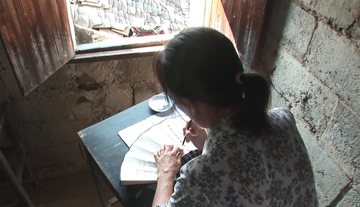 江永女子將女書寫在摺扇或手帕上,與閨密姊妹交換。圖│取自紀錄片《女書回生》畫面
