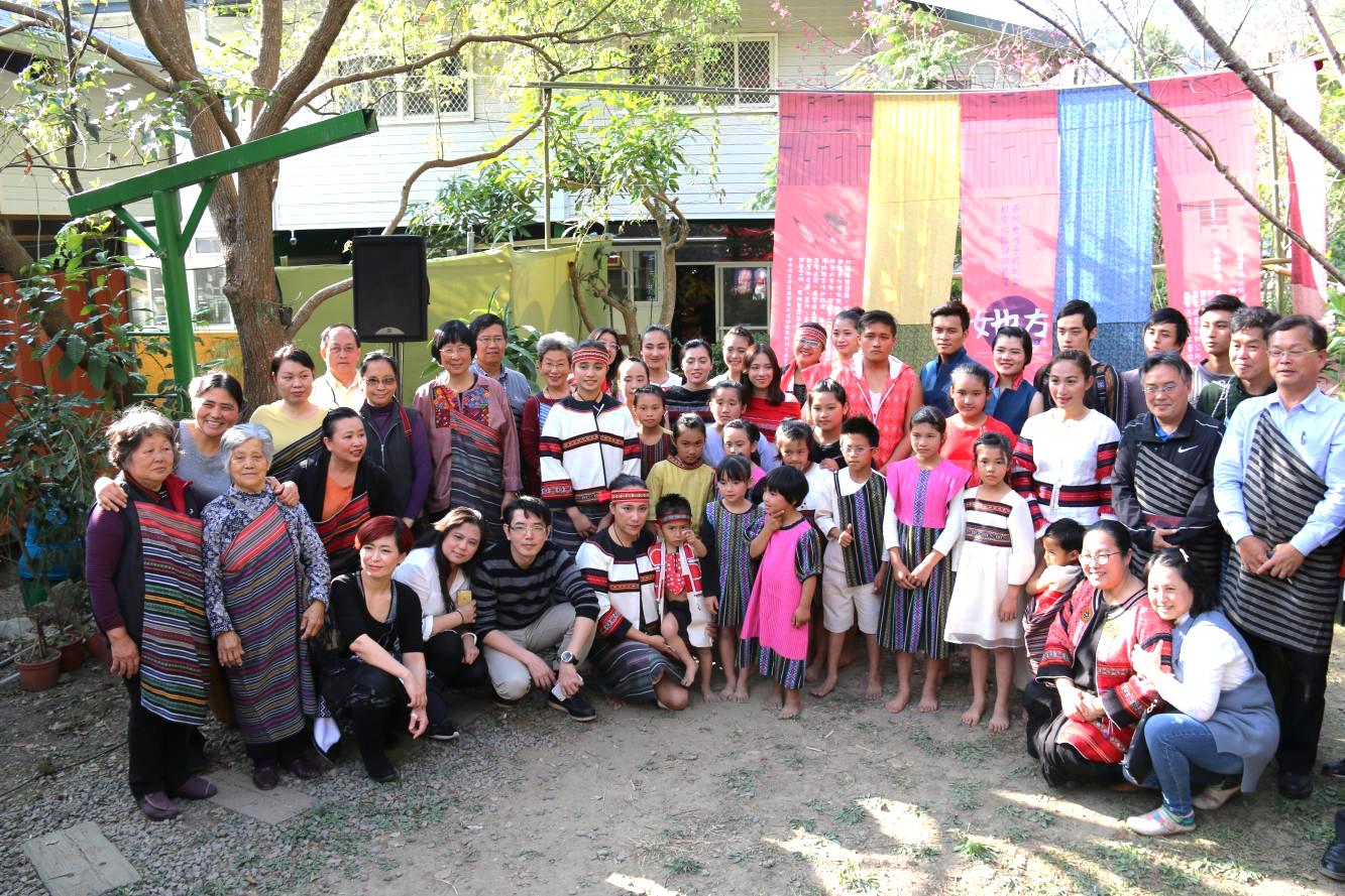 《「她方」的記憶—泰雅女性之婚嫁與日常服飾與用具展》開幕合影,泰雅部落的耆老、織女、小學學童一同迎接這群「老人家」返鄉。圖片來源│中研院民族所  攝影│王聖閎