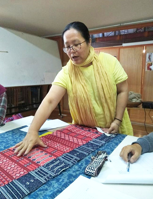 尤瑪·達陸,台灣最早推動原住民傳統織布工藝振興的泰雅族織者,了解如何分析博物館老織品,並重新製作、創新。九二一大地震後,參與部落重建,致力於培養部落婦女織布技術,成為她們的謀生技能。圖│中研院民族所(攝影│潘正浩)