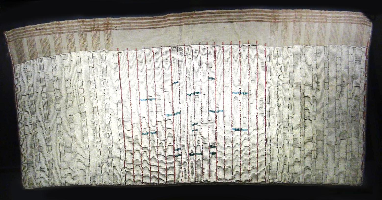 展示中的貝珠裙,曾綴滿貝珠,是一種沒有綁帶、造型很像裙子的泰雅織品。圖│中研院民族所