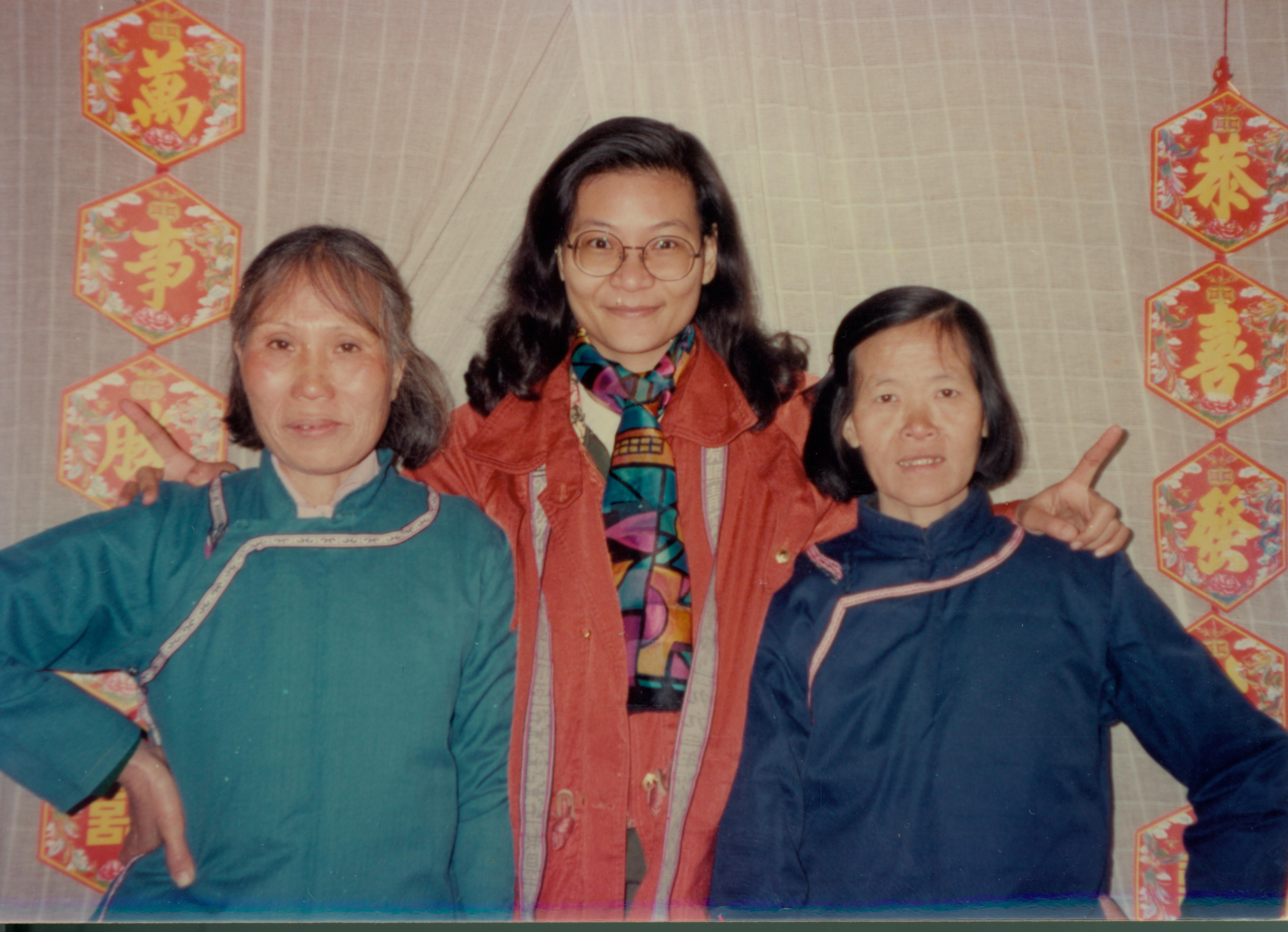 一位是臺灣人類學家,兩位中國農村婦女(左一為何豔新,右一為龍玉),原本相隔千里、毫無關係,因為女書讓她們牽繫起姊妹緣分,直至今日。圖│劉斐玟