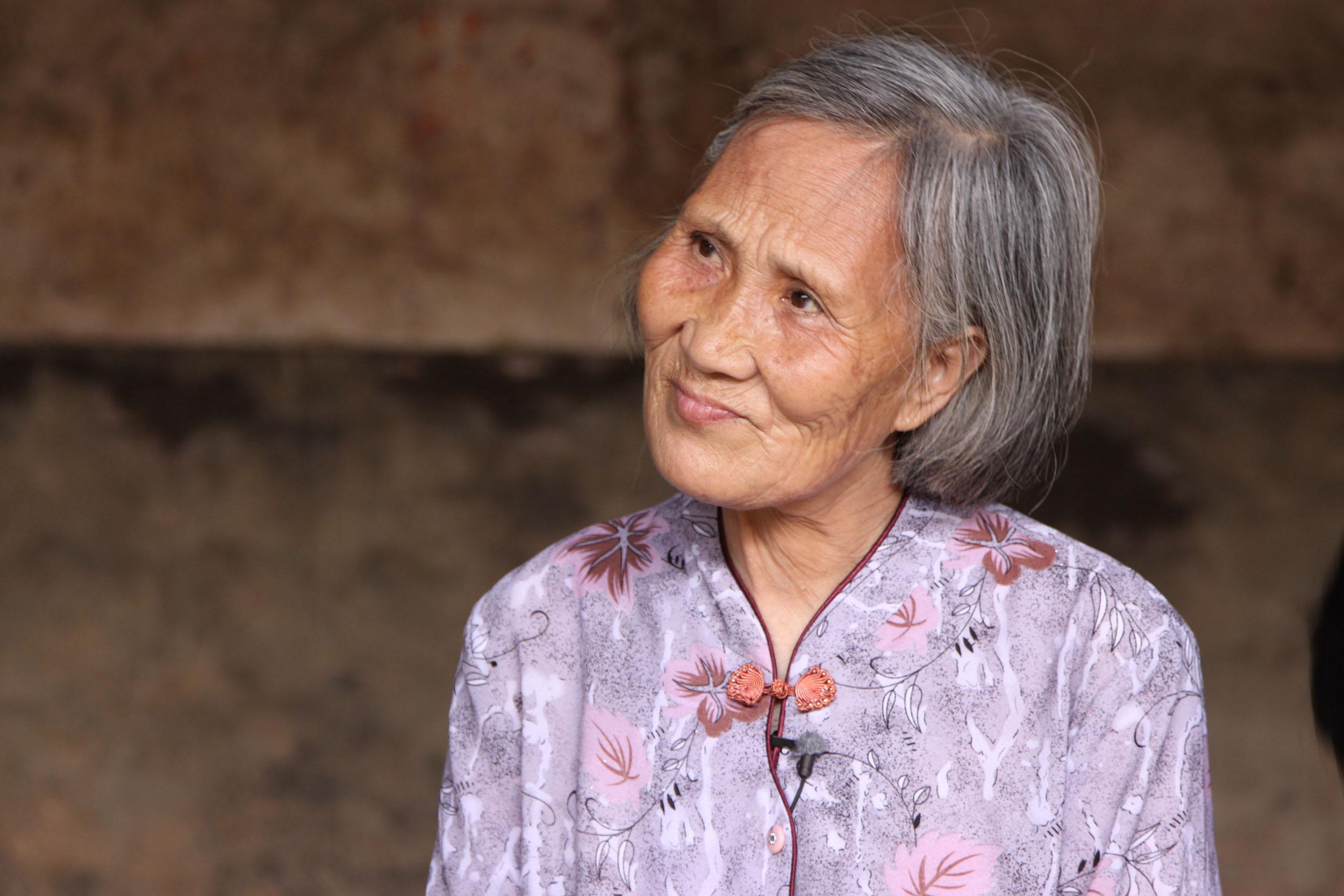 何豔新從小跟著外婆學女書。外婆唱一首,她跟著唱,唱完外婆便把字寫在她的手心,讓她到屋外拿枝條在地上練習。大躍進時,因糧食不足,外婆遭媳婦虐待,一度自殺;獲救後以 85 歲高齡改嫁,翌年淒涼辭世。為告慰外婆,何豔新寫下四本女書陪葬,將女書「還」給外婆,從此封筆。攝影│周震