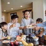 孝親、教養、婚姻互動是三明治族的日常,影響著家庭的幸福滿意度。圖片來源│iStock