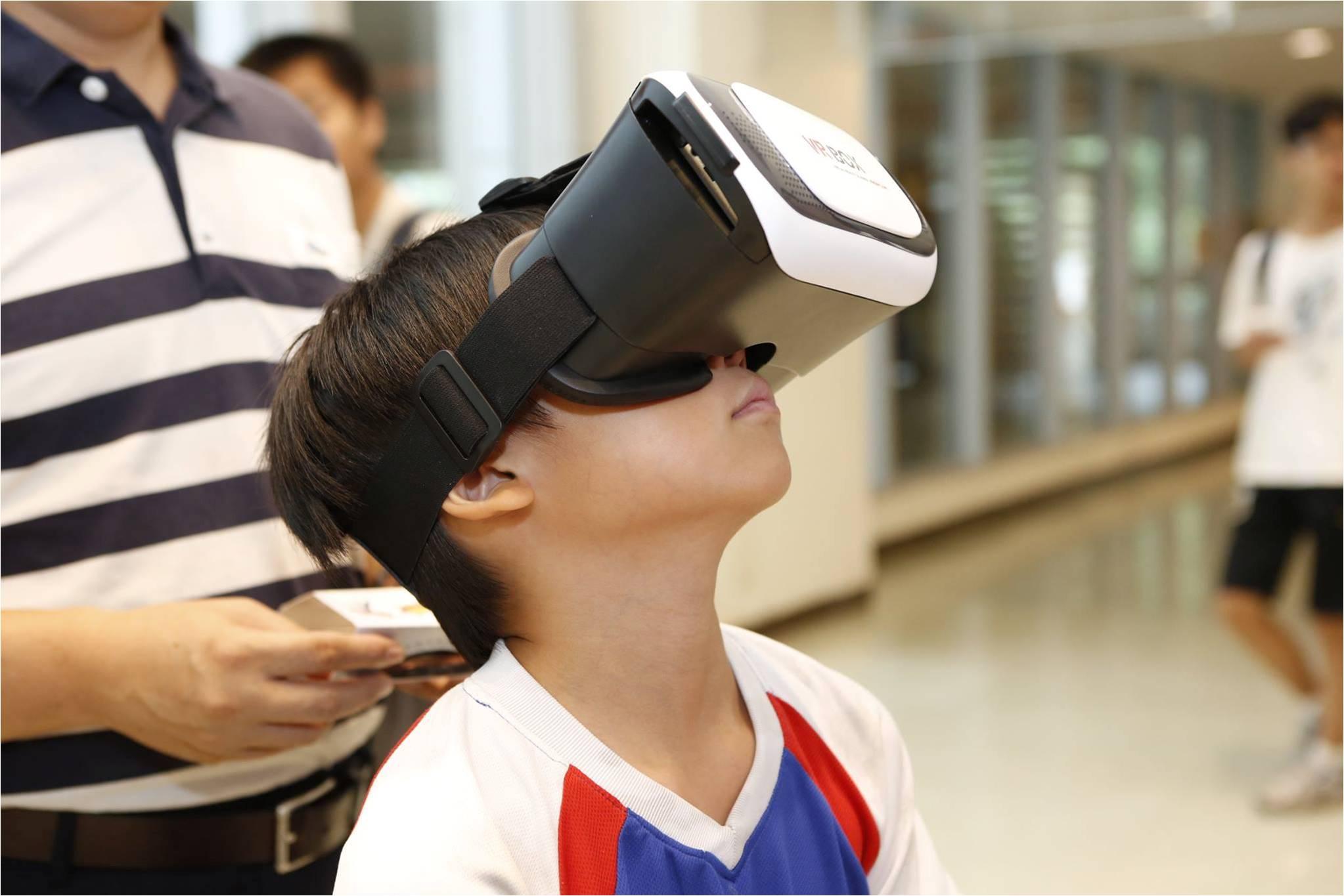 戴上 VR 眼鏡,神祕的黑洞世界盡現眼前。